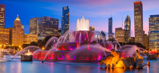Buckingham fountain light show in the evening at grant park