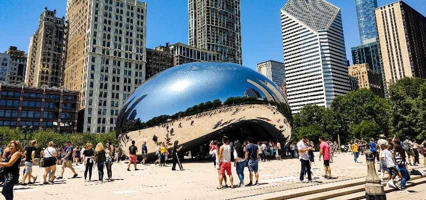 groups of tourists at Cloud Gate in Millennium Park chicago